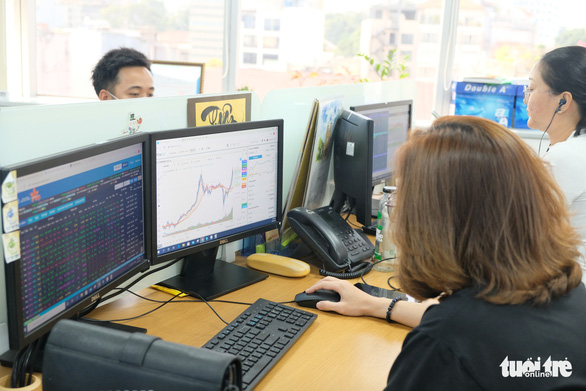 Tiền mua bán cổ phiếu trong quý 1-2021 trên sàn HOSE tăng hơn 300% - Ảnh 1.