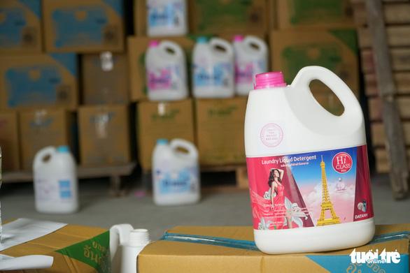 Xưởng nhỏ ở Hà Nội cho ra lò toàn nước giặt Thái Lan - Ảnh 1.