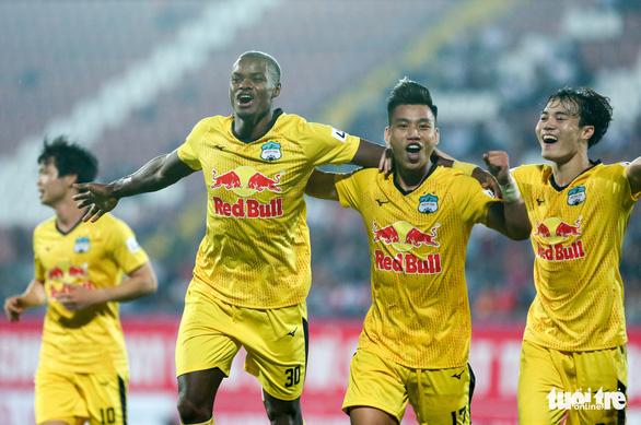 HLV Kiatisuk: Bầu Đức muốn HAGL vào top 4 V-League - Ảnh 1.