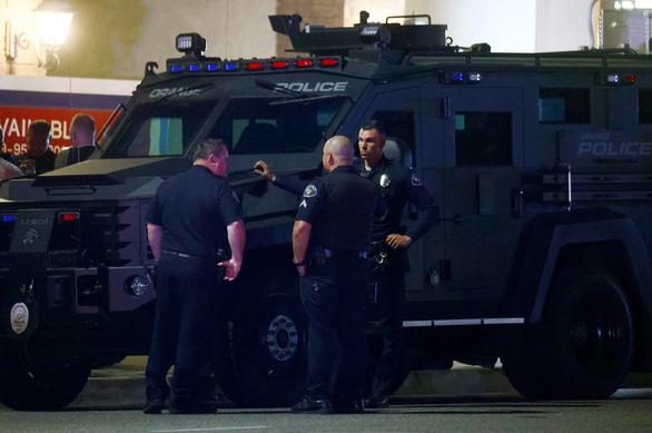 Xả súng ở quận Cam: Con chết trong vòng tay mẹ, xác định được nghi phạm - Ảnh 1.
