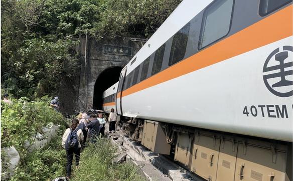 Tai nạn thảm khốc ở Đài Loan: Xe lửa trật đường ray, 48 người chết, 86 người bị thương - Ảnh 1.