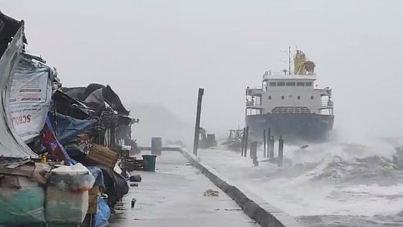 20 thủy thủ mất tích tại Philippines sau khi tàu mắc cạn giữa siêu bão Surigae - Ảnh 1.