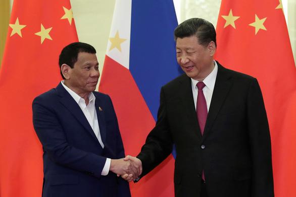 Bị chê mềm mỏng với Bắc Kinh, tổng thống Philippines tuyên bố cử tàu chiến tới Biển Đông - Ảnh 2.