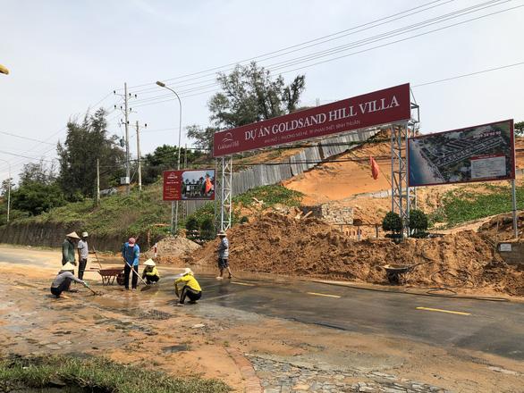 Cát đỏ dự án Goldsand Hill Villa lại sạt lở ngập đường ở TP Phan Thiết - Ảnh 2.