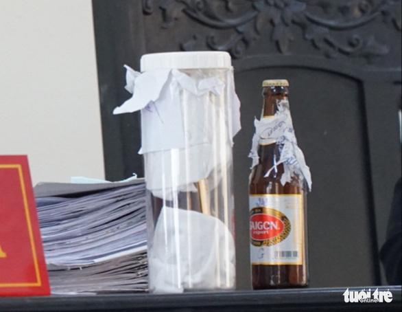 Vụ mua chai bia còn 1/2 nước, đòi bồi thường 23 tỉ: dừng phiên tòa, giám định lại chai bia - Ảnh 1.