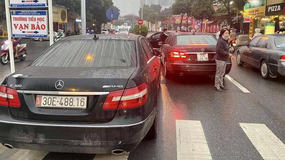 2 Mercedes trùng biển số chạm mặt, lòi ra đường dây giả giấy tờ xe - Ảnh 1.