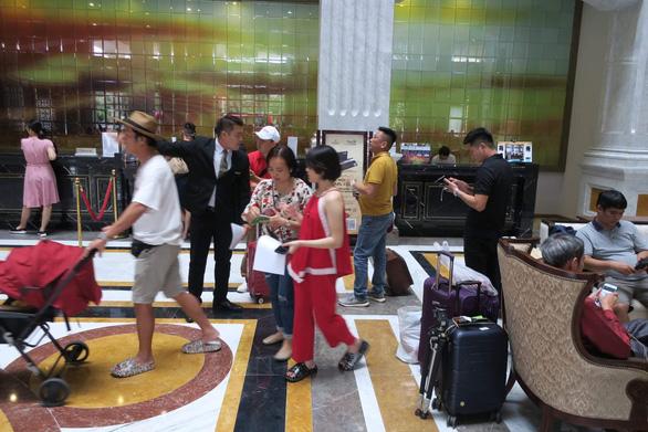 Du khách tranh thủ check-in thành phố không ngủ trước ngày khai mạc - Ảnh 6.