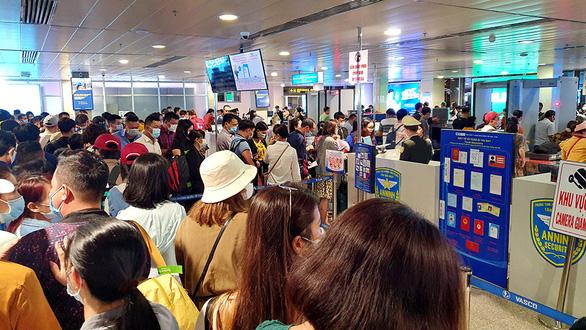 Kẹt cứng ở sân bay Tân Sơn Nhất: Sẽ tận dụng sảnh của Vietjet? - Ảnh 1.