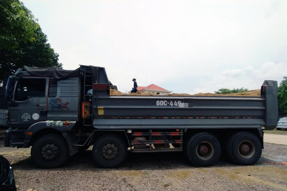 Xe ben chở cát quá tải, công an đưa máy khò nhiệt tới cắt luôn thùng xe cơi nới - Ảnh 1.