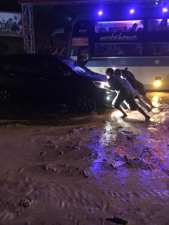Cát đỏ dự án Goldsand Hill Villa lại sạt lở ngập đường ở TP Phan Thiết - Ảnh 1.