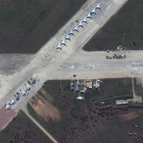 Ảnh vệ tinh tiết lộ khí tài Nga triển khai gần Ukraine - Ảnh 1.