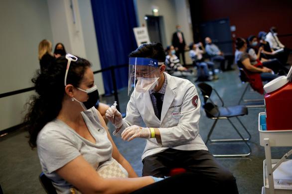Vì sao chuyên gia đông máu khuyên nên tiêm vắc xin COVID-19? - Ảnh 1.