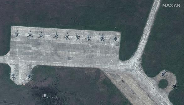 Ảnh vệ tinh tiết lộ khí tài Nga triển khai gần Ukraine - Ảnh 2.