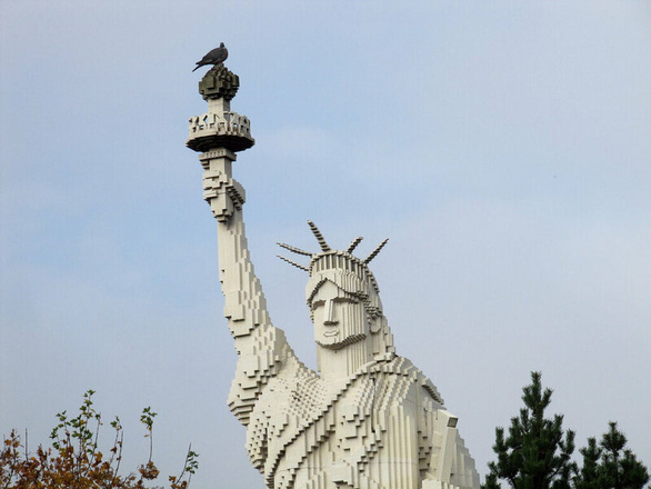 Nữ thần Tự do tràn ngập từ Á đến Âu, nhiều tượng phá cách - Ảnh 8.
