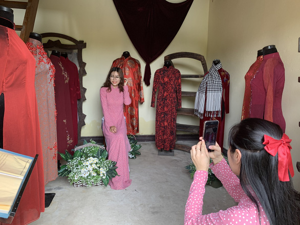 Bạn trẻ mặc áo dài đến Bảo tàng Áo dài dịp Giỗ Tổ - Ảnh 3.