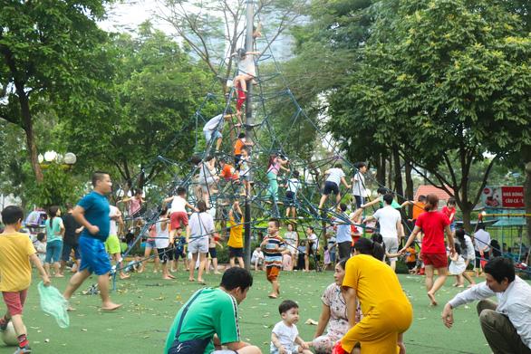 Không chỉ tới siêu thị, công viên, người dân thủ đô còn đổ tới... bảo tàng chơi lễ - Ảnh 2.