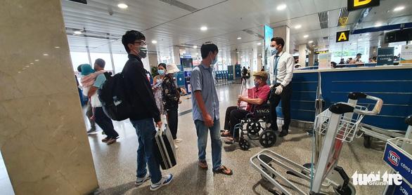 Sân bay Tân Sơn Nhất mở 100% cửa soi chiếu, khách đi lại thông thoáng - Ảnh 3.