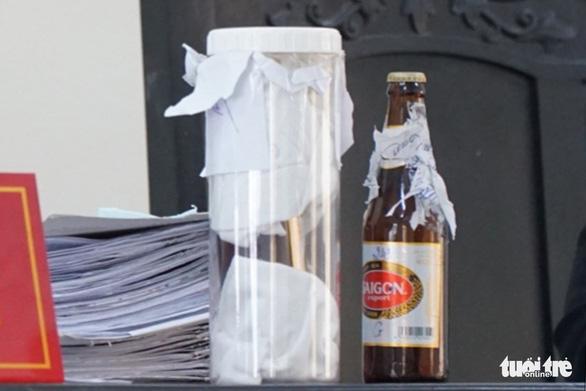 Vụ kiện chai bia còn 1/2 nước: Nên làm gì khi gặp sản phẩm lỗi? - Ảnh 1.