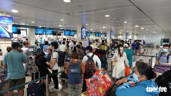 Sân bay Tân Sơn Nhất mở 100% cửa soi chiếu, khách đi lại thông thoáng - Ảnh 1.