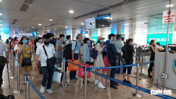 Sân bay Tân Sơn Nhất mở 100% cửa soi chiếu, khách đi lại thông thoáng - Ảnh 2.