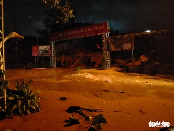 Cát đỏ lại tràn như thác lũ, ngập lênh láng đường sá, nhà hàng ở Mũi Né - Ảnh 3.