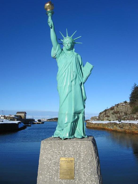 Nữ thần Tự do tràn ngập từ Á đến Âu, nhiều tượng phá cách - Ảnh 10.