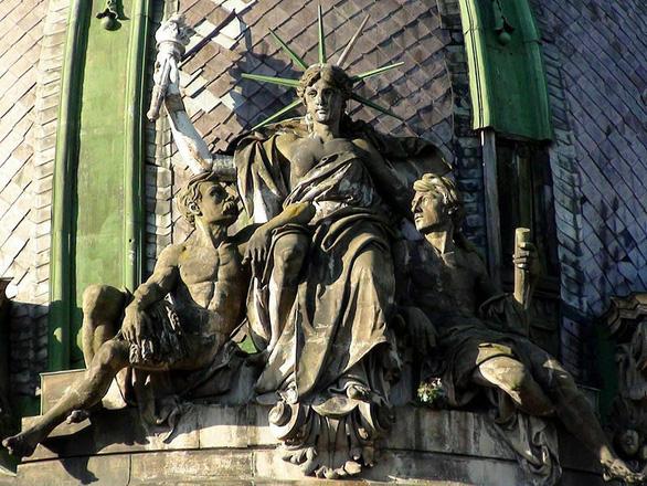 Nữ thần Tự do tràn ngập từ Á đến Âu, nhiều tượng phá cách - Ảnh 3.