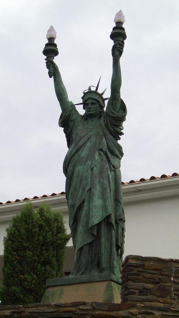 Nữ thần Tự do tràn ngập từ Á đến Âu, nhiều tượng phá cách - Ảnh 5.
