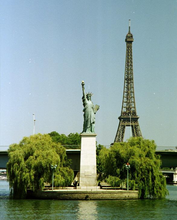 Nữ thần Tự do tràn ngập từ Á đến Âu, nhiều tượng phá cách - Ảnh 2.