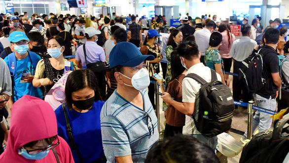 Ùn ứ ở cảng hàng không Tân Sơn Nhất: Lãnh đạo sân bay nói toạc nguyên nhân - Ảnh 1.