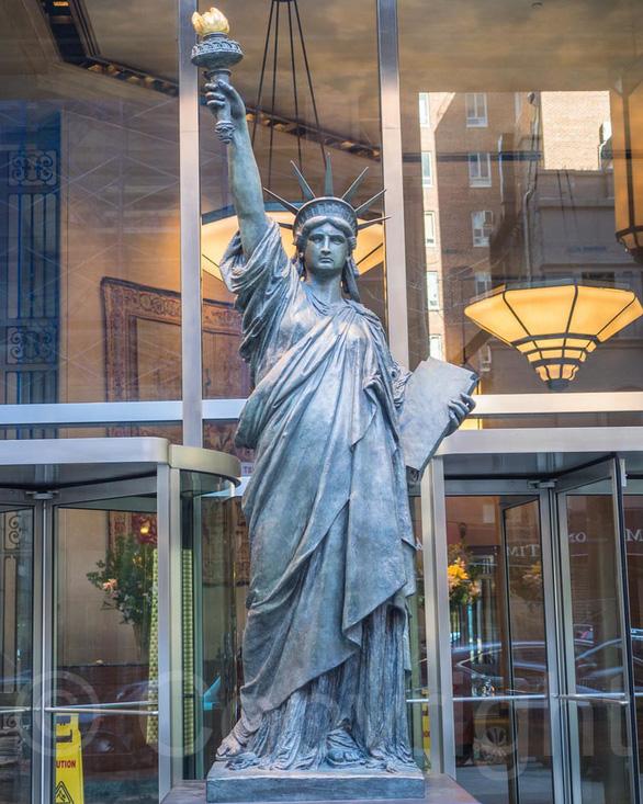 Nữ thần Tự do tràn ngập từ Á đến Âu, nhiều tượng phá cách - Ảnh 6.