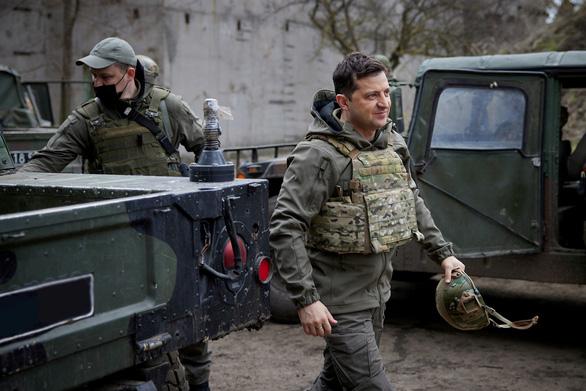 Tổng thống Ukraine mời Tổng thống Putin ra tiền tuyến gặp nhau - Ảnh 1.