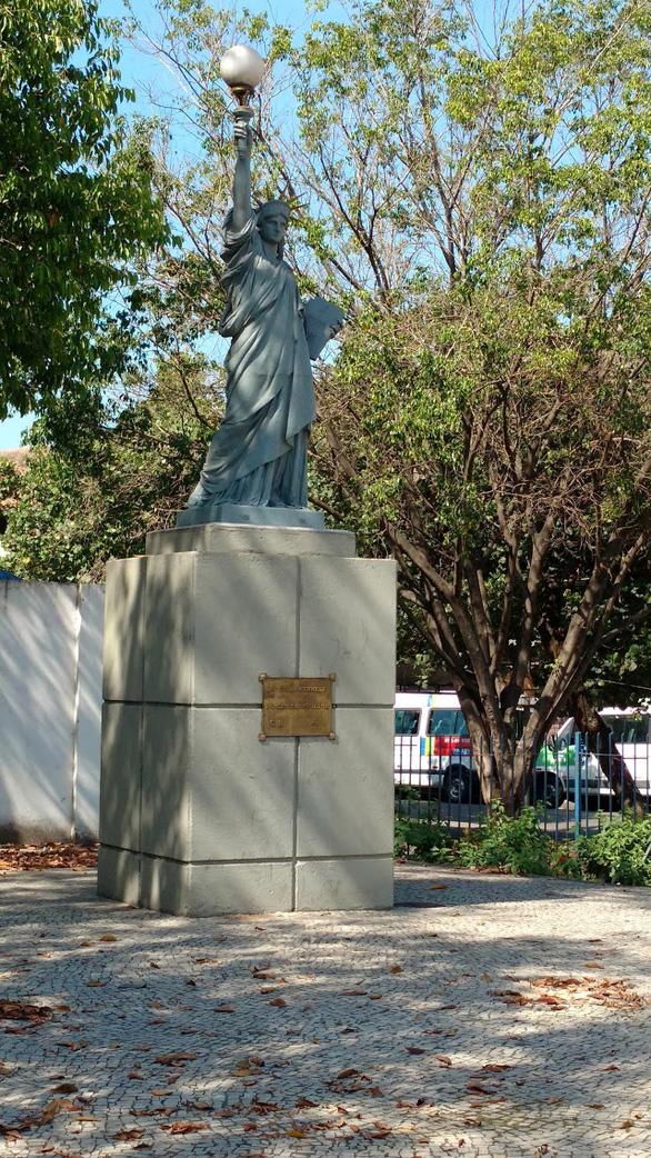 Nữ thần Tự do tràn ngập từ Á đến Âu, nhiều tượng phá cách - Ảnh 9.