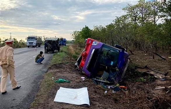 Lật xe khách trên quốc lộ 14, 30 hành khách bị thương - Ảnh 1.