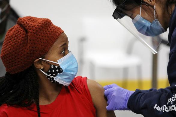 Nghiên cứu mới: Xác suất nhiễm virus rất thấp sau khi tiêm vắc xin COVID-19 - Ảnh 1.