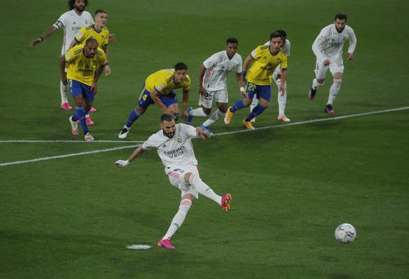 Đại thắng Cadiz, Real chiếm ngôi đầu bảng - Ảnh 1.