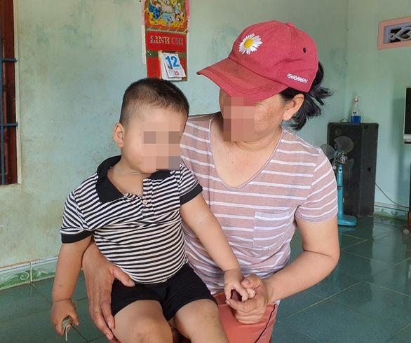 'Chủ nợ tạt phân mẹ con người mắc nợ': Có hành vi xâm hại trẻ em - Ảnh 2.