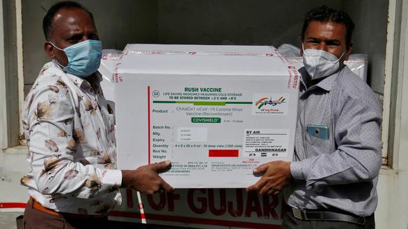 Dịch COVID tăng dữ dội ở Ấn Độ, các nước nghèo càng thiếu vắc xin - Ảnh 1.