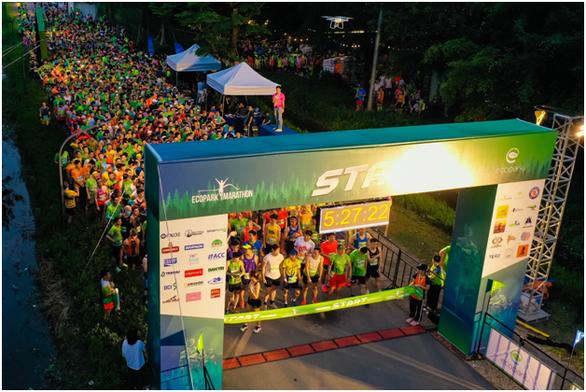 Chạy marathon trên cung đường ngập sắc xanh ở đô thị Ecopark - Ảnh 1.