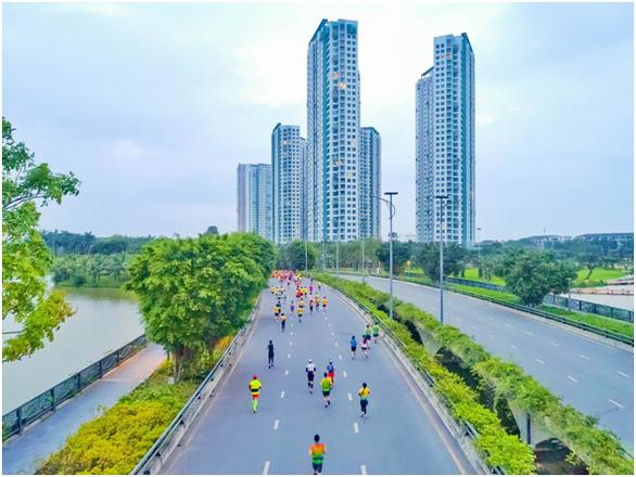Chạy marathon trên cung đường ngập sắc xanh ở đô thị Ecopark - Ảnh 3.
