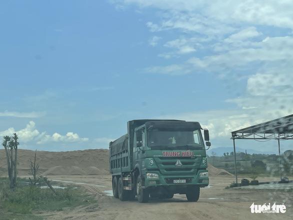 Bãi cát trái phép gần 2 năm, chính quyền nói xử chậm vì lực lượng mỏng - Ảnh 2.