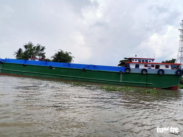 Sau va chạm với 2 sà lan khác, sà lan chở 140 tấn ximăng chìm trên sông Tiền - Ảnh 1.
