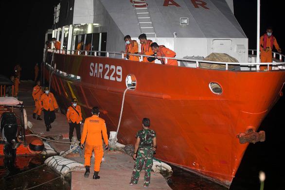 Tàu ngầm Indonesia chở 53 người mất liên lạc: Gặp sự cố mất điện? - Ảnh 2.
