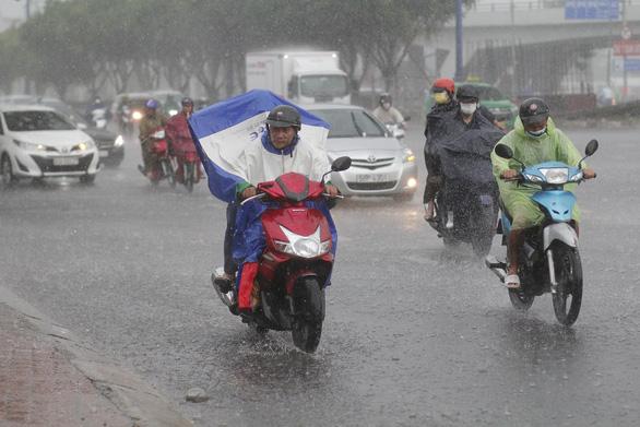 Miền Nam mưa lớn trong đêm, sáng vẫn mù mây, dự báo mưa tiếp - Ảnh 1.