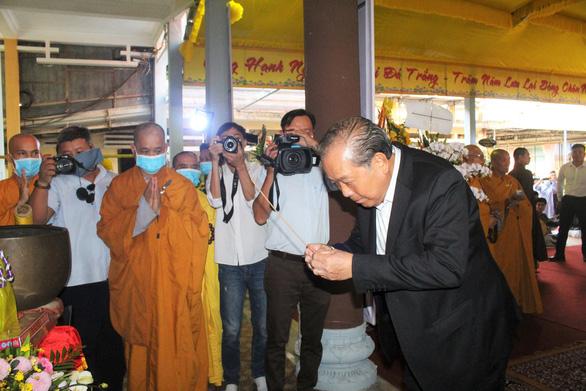 Phó thủ tướng Trương Hòa Bình viếng hương hòa thượng Thích Thiện Duyên - Ảnh 1.