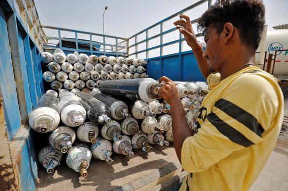 Xe chở oxy ở Ấn Độ được bảo vệ như xe chở vàng - Ảnh 2.