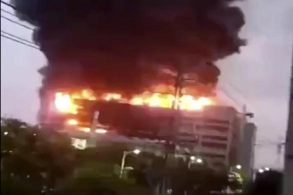 Nhà máy cung ứng cho Apple cháy suốt đêm, 8 người chết - Ảnh 1.
