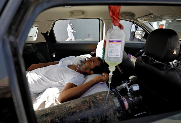 Xe chở oxy ở Ấn Độ được bảo vệ như xe chở vàng - Ảnh 1.