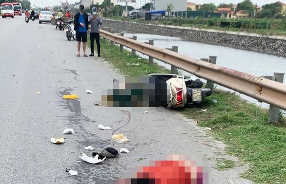 Bị xe container đi cùng chiều tông, đôi vợ chồng chết thảm - Ảnh 1.