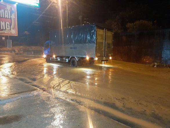 Mũi Né nhiều nơi sạt lở sau mưa, taxi, xe cứu thương... bị sa lầy phải nhờ xe cẩu giải cứu - Ảnh 1.